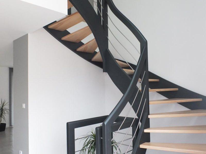 Escalier bois laqué courbe moderne en Alsace