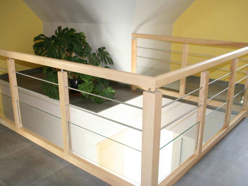 Rambarde d'escalier bois clair en Alsace