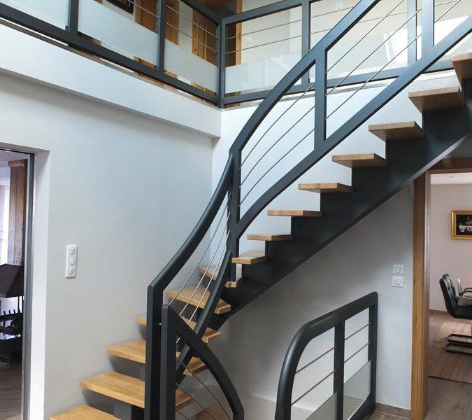 Escalier limon central bois teinté gris